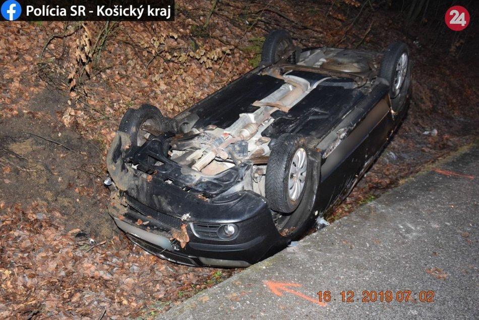 Obrazom: Po šmyku ostalo auto na streche