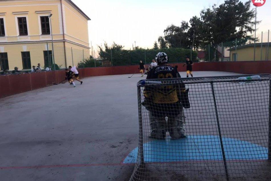 Šalianski hokejbalisti po premiére: Verejnosť potešia zimným turnajom, FOTO