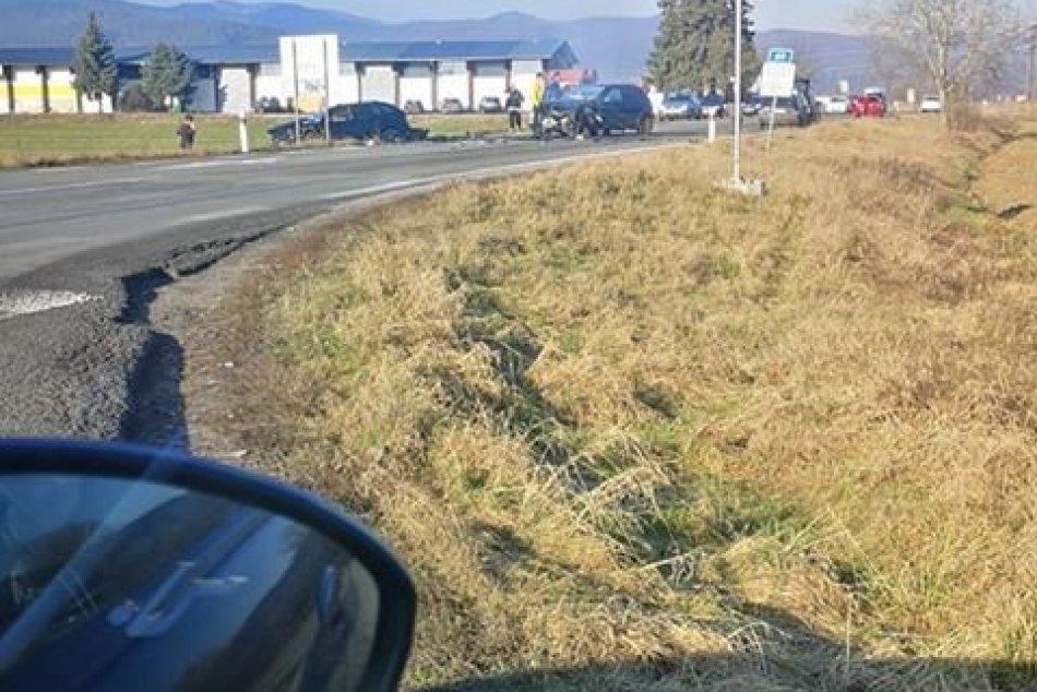 Čelná zrážka áut na križovatke pri Badíne
