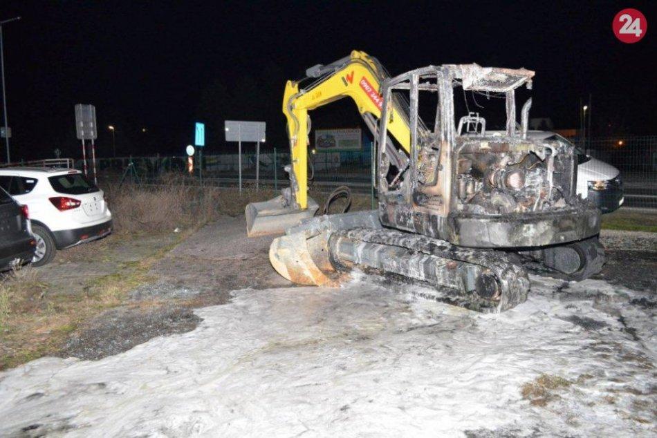 FOTO: Zapálili dva bagre, prievidzský vyšetrovateľ začal trestné stíhanie