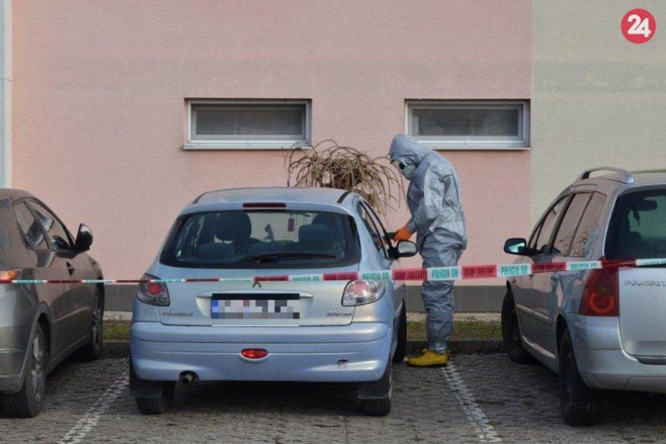 Zásah polície na FOTO: Sekera v kapote a neznáma látka na aute v Oslanoch