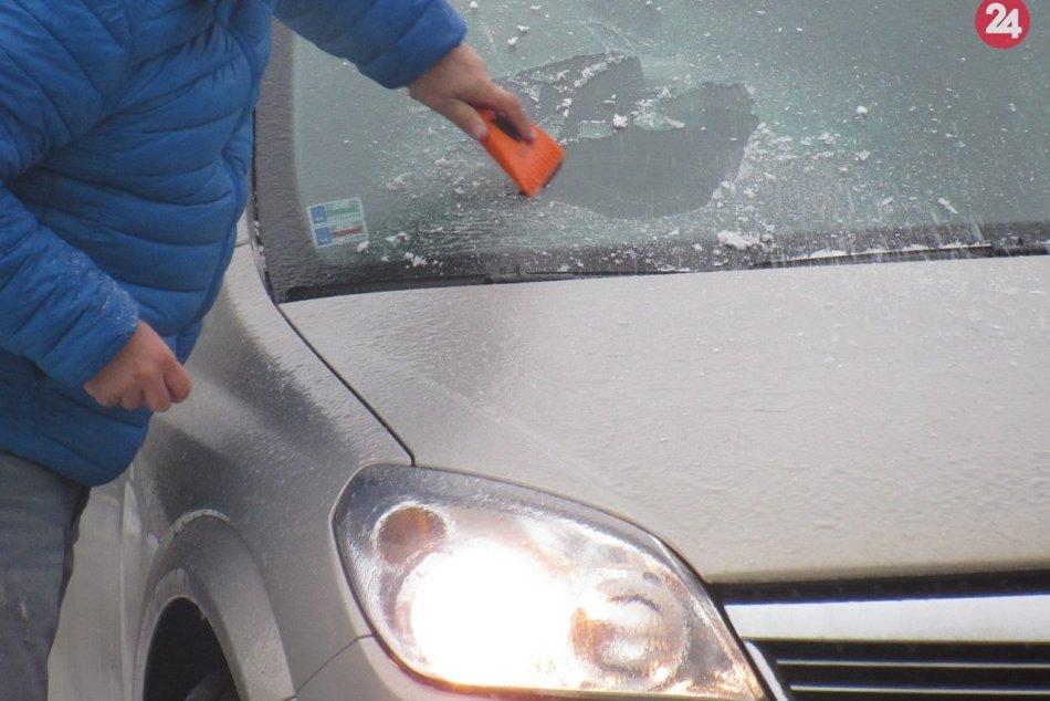 Obrazom: Situáciu na cestách v Prešove poriadne sťažila poľadovica