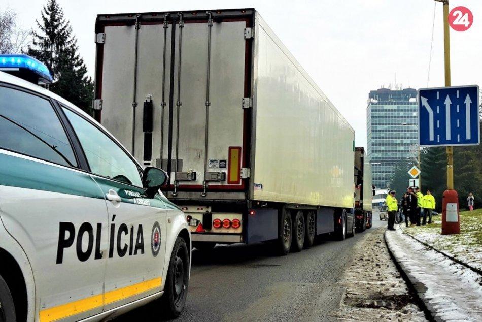 FOTO: Autodopravcovia zablokovali hlavnú križovatku v Považskej Bystrici