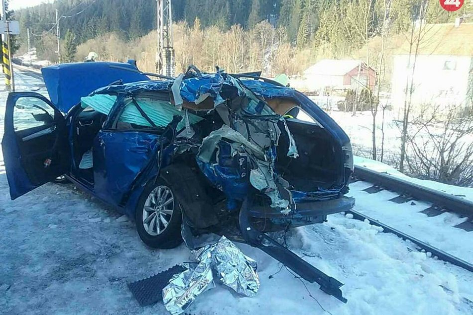 Tragická nehoda vlaku a auta na Kysuciach: Jedna osoba neprežila