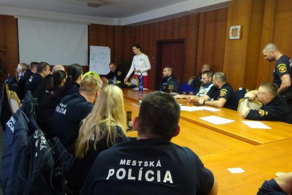 V OBRAZOCH: Mestská polícia má prvý defibrilátor. Môže zachrániť ľudský život