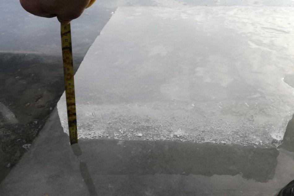 V OBRAZOCH: Aktuálna hrúbka ľadu na jazere na plážovom kúpalisku