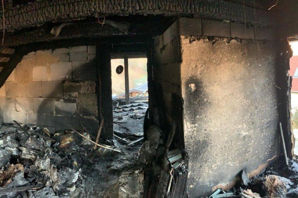 V OBRAZOCH: Rodine v Môlči vyhorel dom. Ľudia sa spojili a pomáhajú