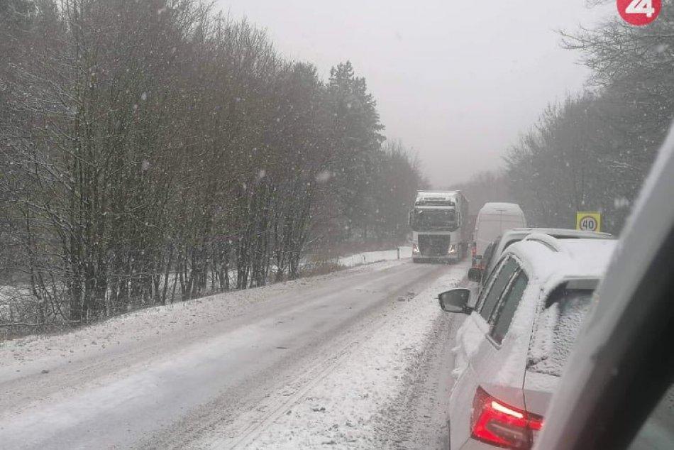 FOTO Z MIESTA: Sneženie komplikuje dopravnú situáciu na Soroške