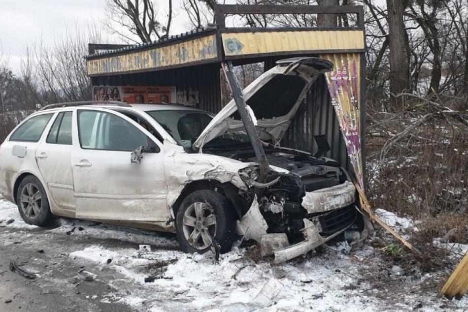 FOTO z nehody pri Rožňave: Zrážka áut, jedno skončilo v autobusovej zastávke