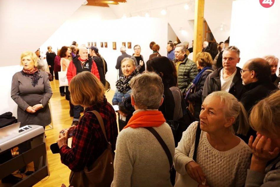 Vernisáž výstavy 2JA: Užite si atmosféru na FOTKÁCH
