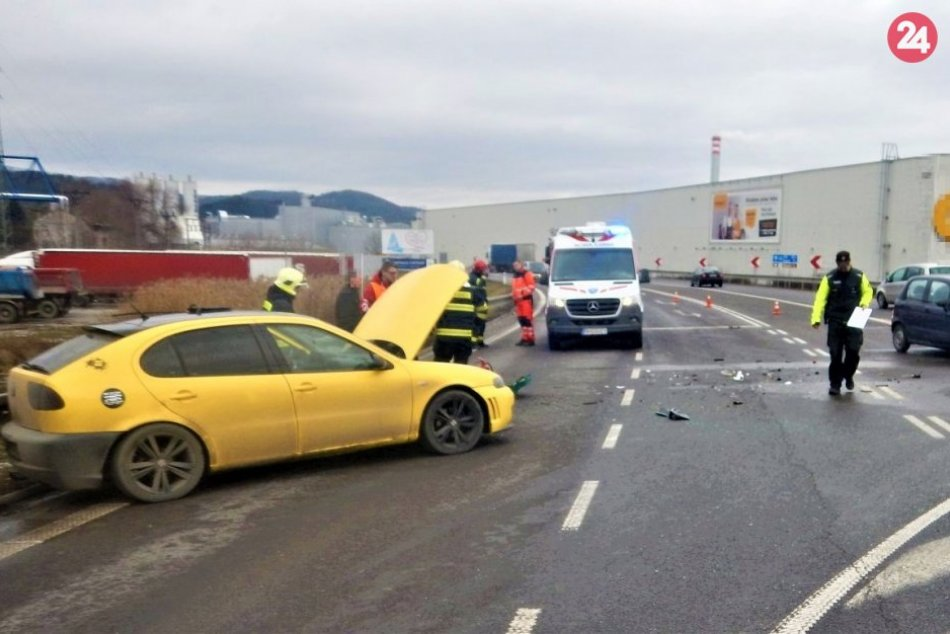 FOTO z nehody, pri ktorej sa jeden vodič (61) zranil ťažko a druhý (21) ľahko