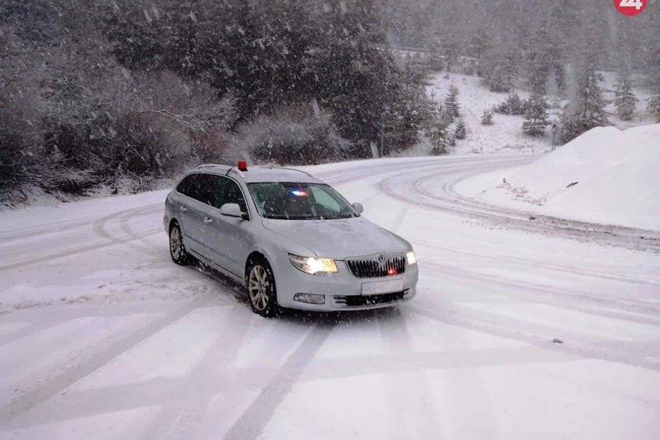 Policajné zábery: Husté sneženie komplikuje dopravu pod Tatrami