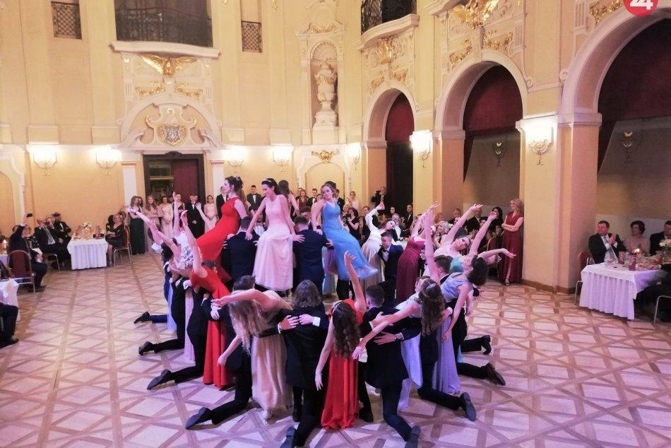 OBRAZOM: Študenti oranžového gymnázia sa predviedli na tanečnom parkete