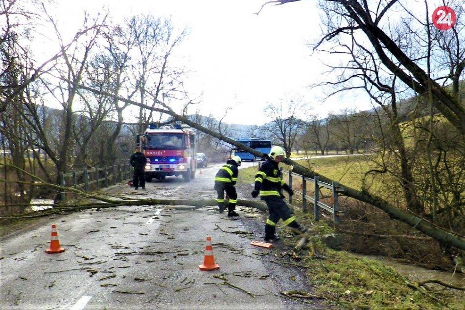 FOTO zo zásahov hasičov v Trenčianskom kraji kvôli vetru