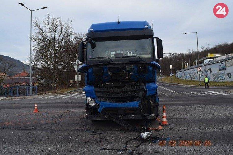 V OBRAZOCH: Po zrážke kamióna s osobným autom utrpelo dievčatko ťažké zranenia