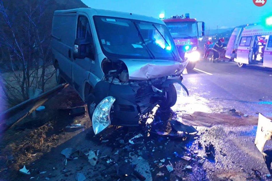 Hasiči zasahujú pri nehode troch áut na ceste I/18
