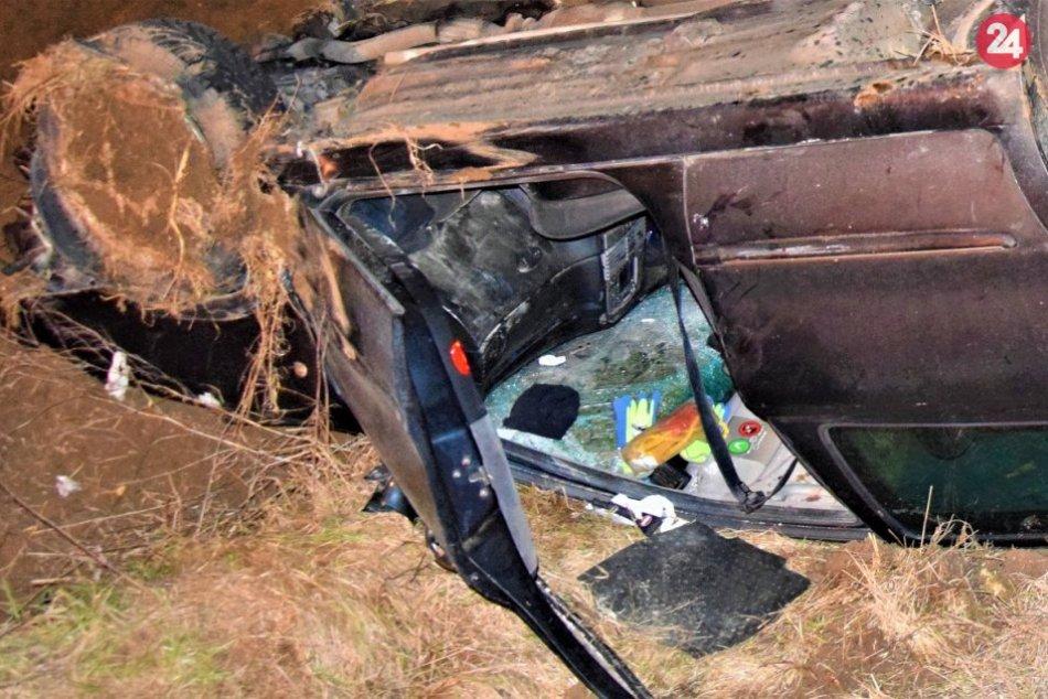 FOTO z nehody v Nitrici, po ktorej skončilo auto na streche