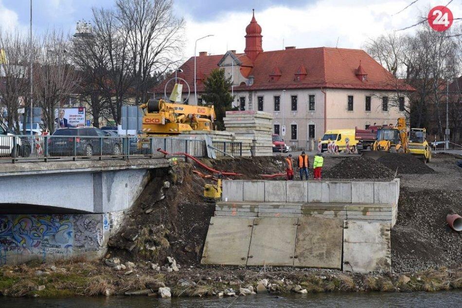 FOTO: Začiatok prác na dočasnom premostení rieky Poprad v Kežmarku