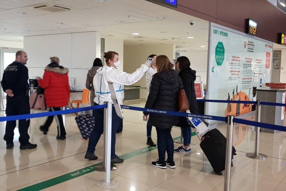 Zdravotná kontrola cestujúcich na letisku v Bratislave
