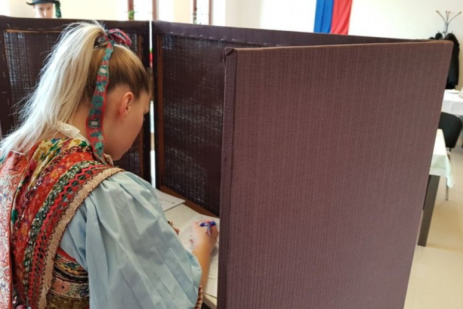 V Komárne volili v slovenských krojoch