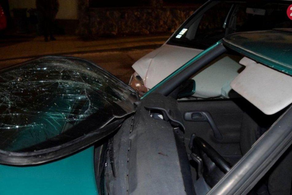 Vodič zdemoloval zaparkované autá: Zraneným kamarátom nepomohol