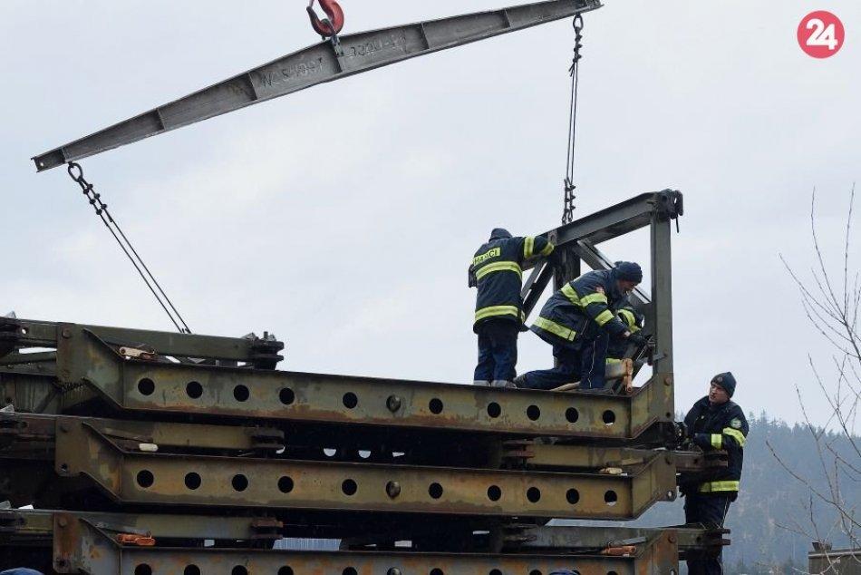 Pozrite si na to FOTKÁCH: Takto umiestňovali pontónový most v Lopušnej doline