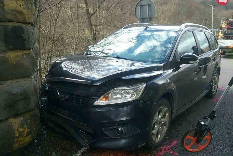 FOTO z nehody, pri ktorej auto narazilo do železničného podchodu