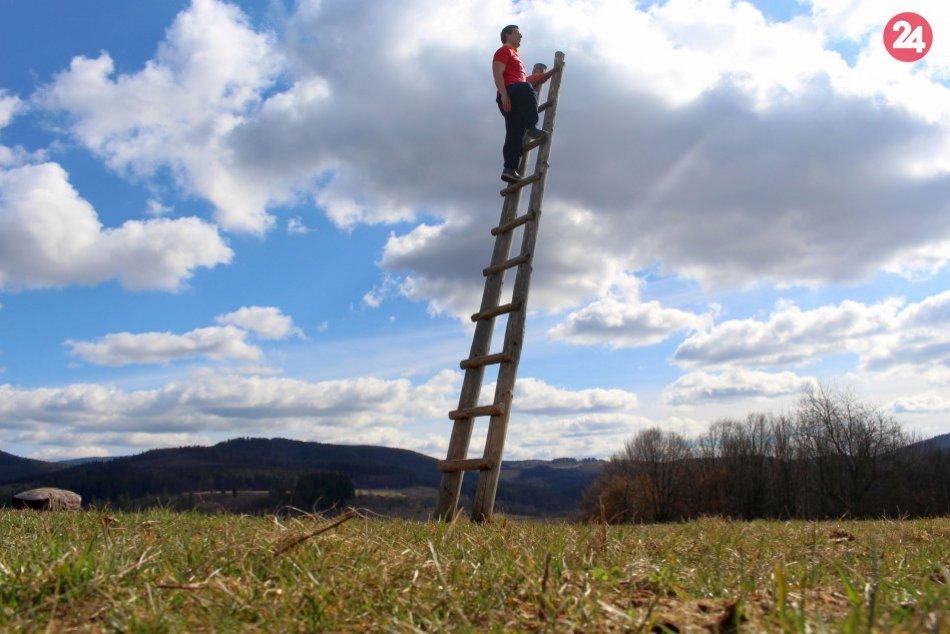 V OBRAZOCH: Rebrík - skratka do neba nad Dúbravicou
