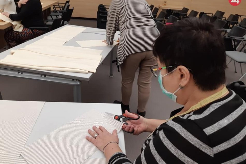 V OBRAZOCH: Zasadačka mestského úradu sa zmenila na krajčírsku dielňu