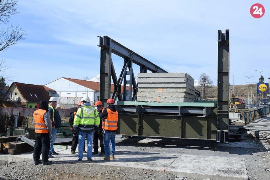 Stavba dočasného mostu v Kežmarku: Robotníci pracujú v rúškach