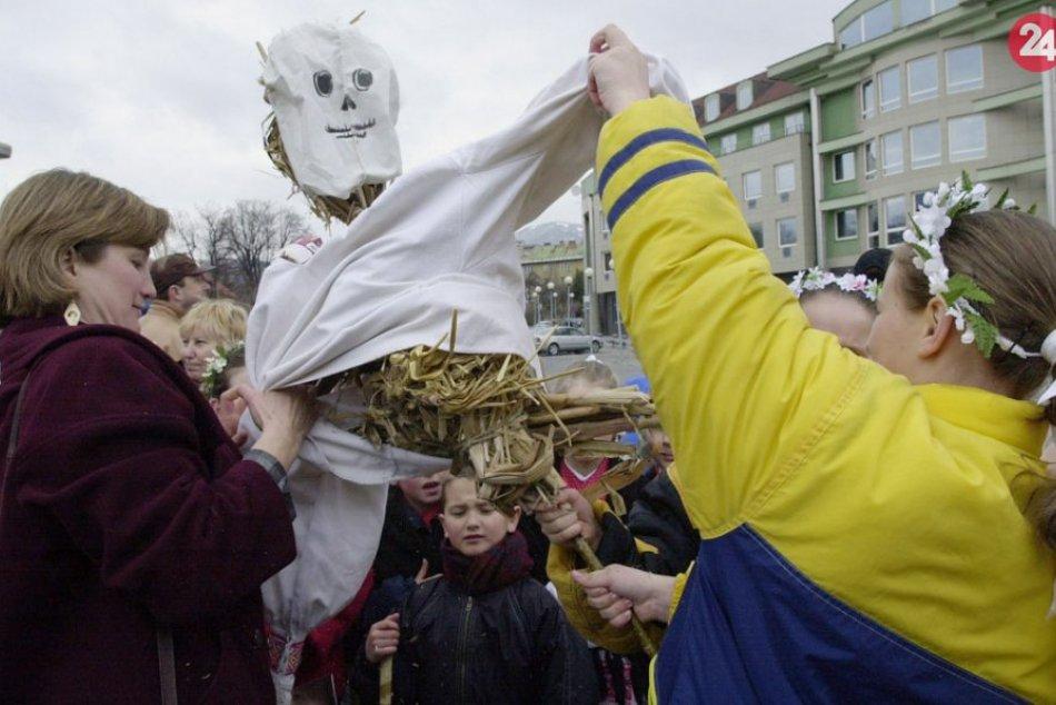 V OBRAZOCH: Vítanie jari v uliciach Bystrice spred 20 rokov