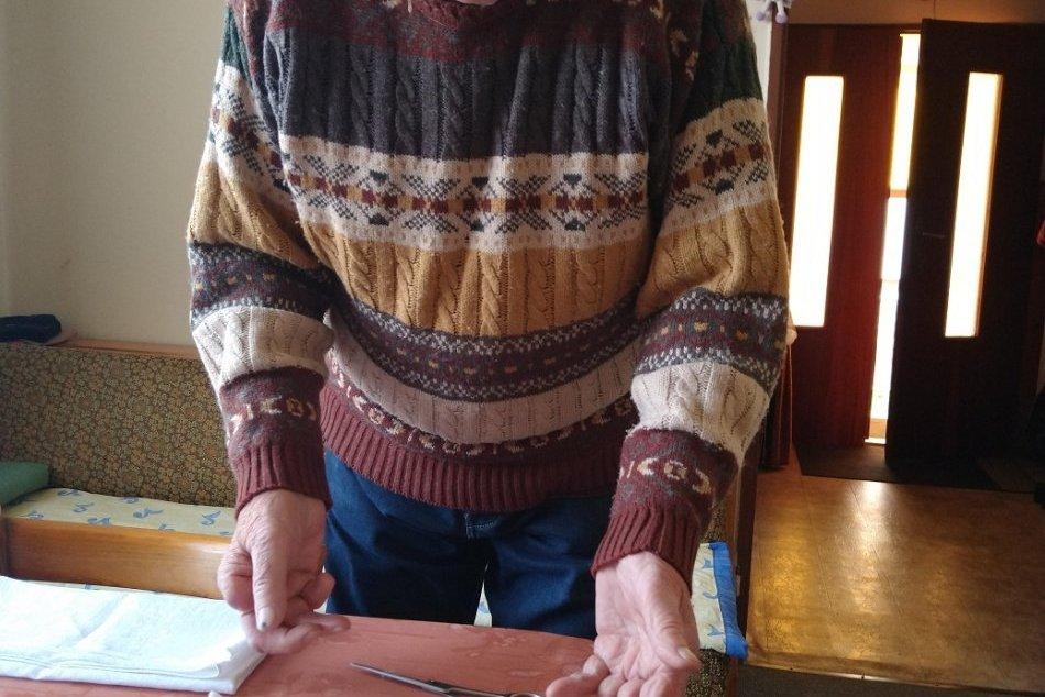Rúška začal šiť aj 83-ročný penzista