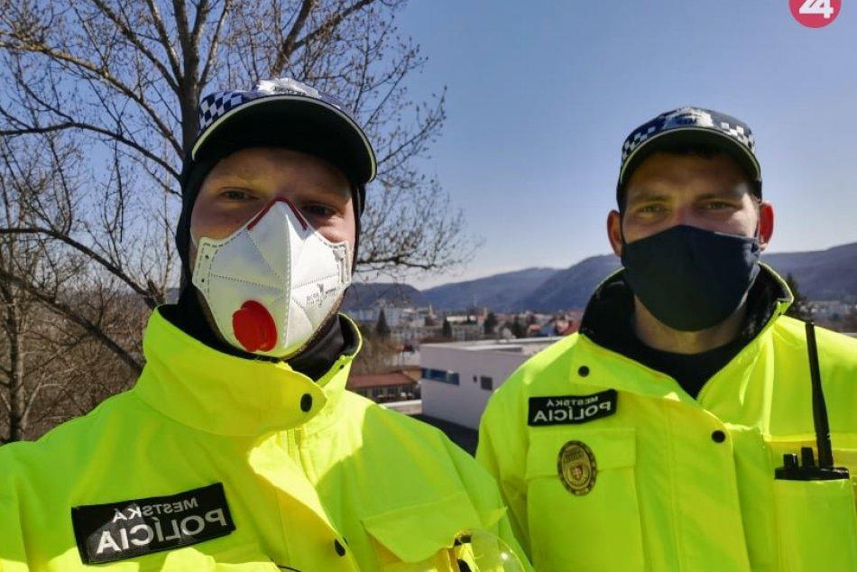 Mestskí policajti upozornili na opatrenia pred COVID-19 aj ľudí bez domova