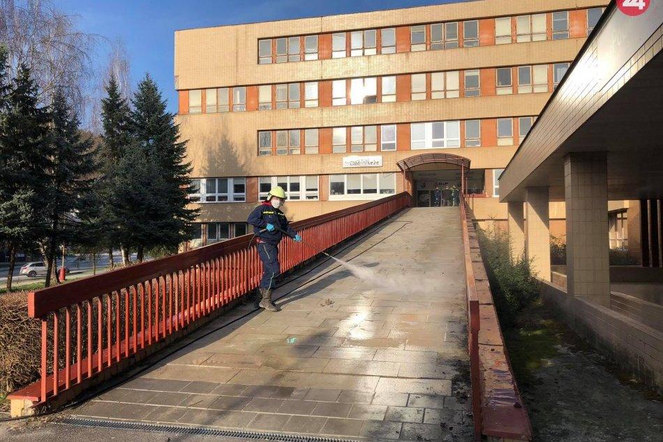 FOTO: Dobrovoľní hasiči dezinfikujú nemocnicu a Pružinu