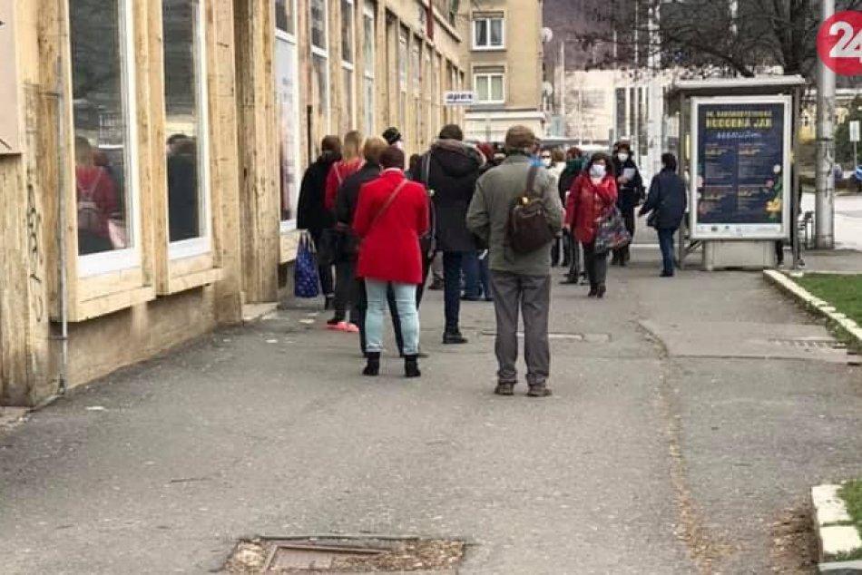 V OBRAZOCH: Pred galantériou v Bystrici čakali desiatky ľudí