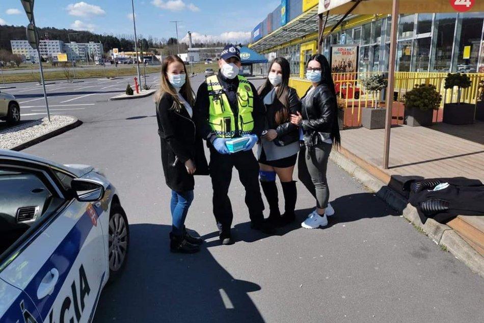 V OBRAZOCH: Mestská polícia pomáha v uliciach Zvolena s rozdávaním rúšok