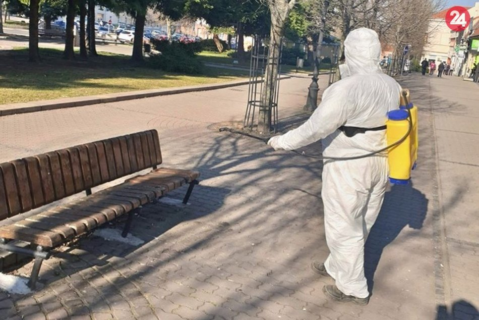 Mesto dezinfikuje lavičky a autobusové zastávky
