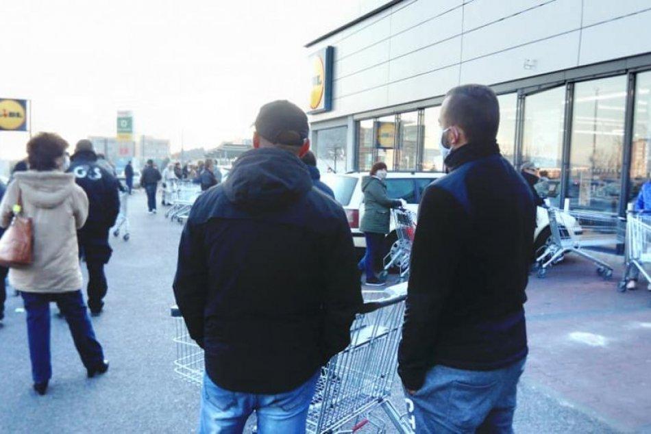 Dav ľudí pred predajňou v Nitre