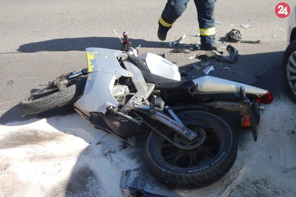 FOTO z nehody v Považskej: Motocyklista po páde ťažko zranený