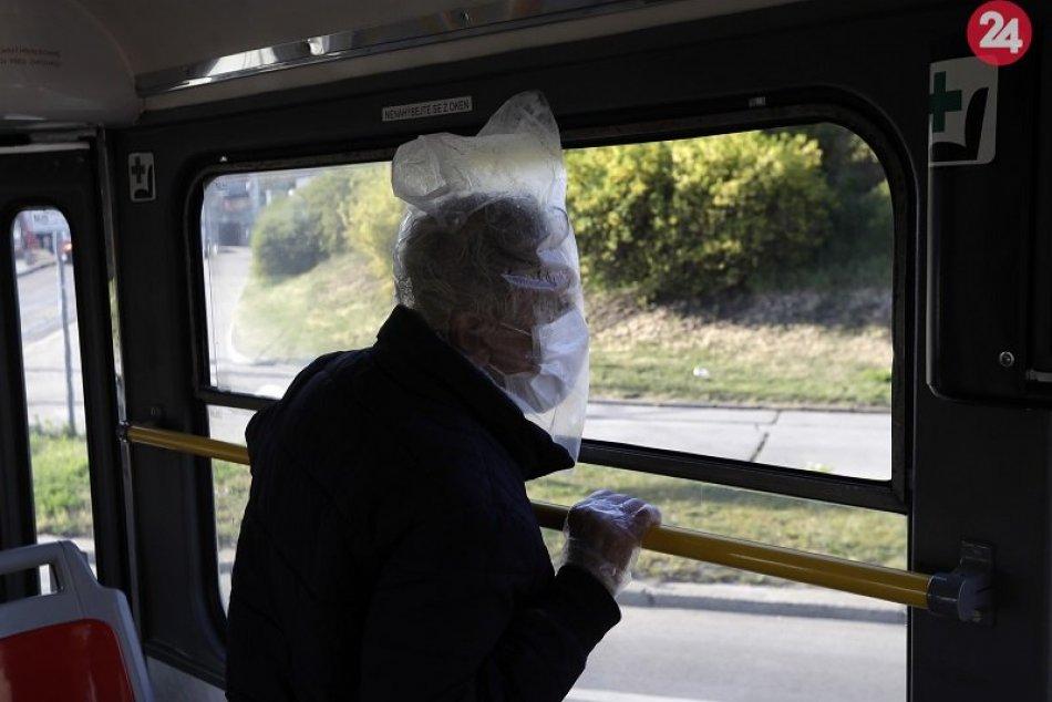 Muž s igelitovým vreckom na hlave cestuje v električke 23. apríla 2020 v Prahe