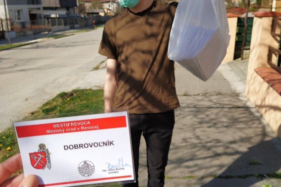 V OBRAZOCH: V Revúcej pomáhajú s nákupmi seniorom dobrovoľníci