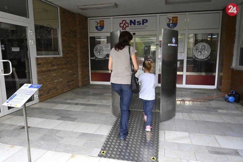 OBRAZOM: Nová dezinfekčná brána v nemocnici v Považskej Bystrici