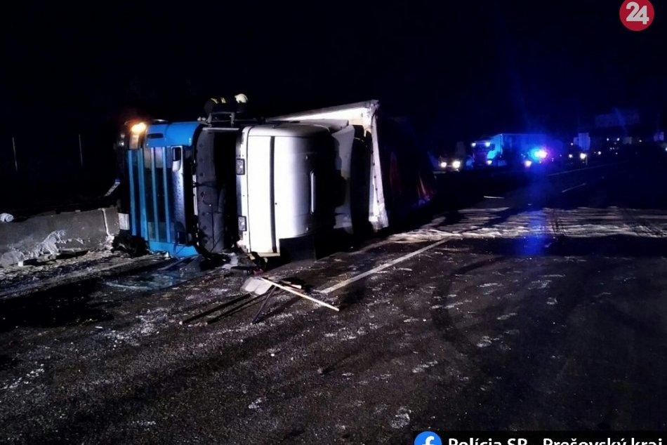 FOTO: Prevrátený kamión na D1