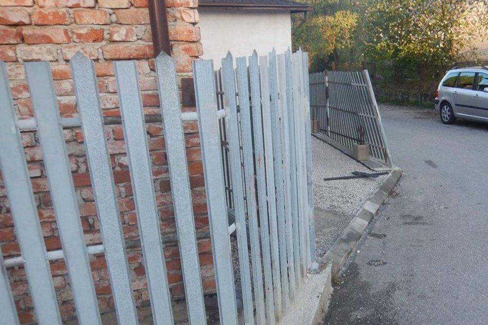 OBRAZOM: Pod parou narazil do plota vo Sverepci a vyrazil do Považskej