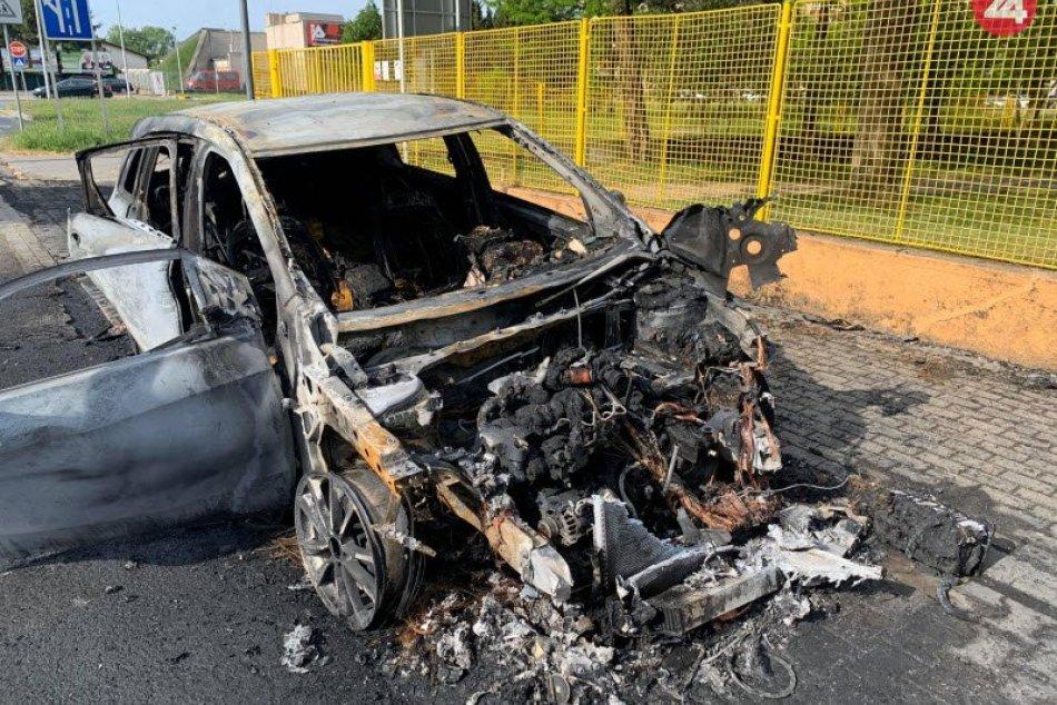 V Nových Zámkoch zhoreli v noci dve autá