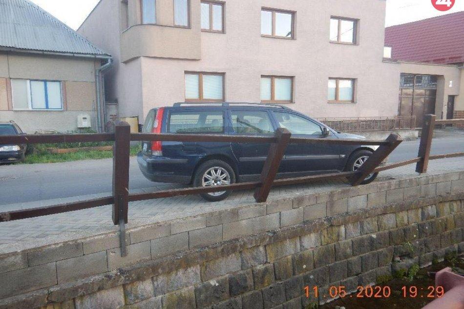 V OBRAZOCH: Opitý Zvolenčan autom narazil do dreveného oplotenia potoka