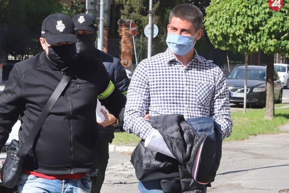 V OBRAZOCH: Eskorta na súd zadržaných v rámci protikorupčnej akcie Staviteľ