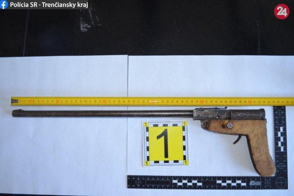 FOTO: Muž (46) z okresu Prievidza si mal podľa polície podomácky vyrobiť zbraň