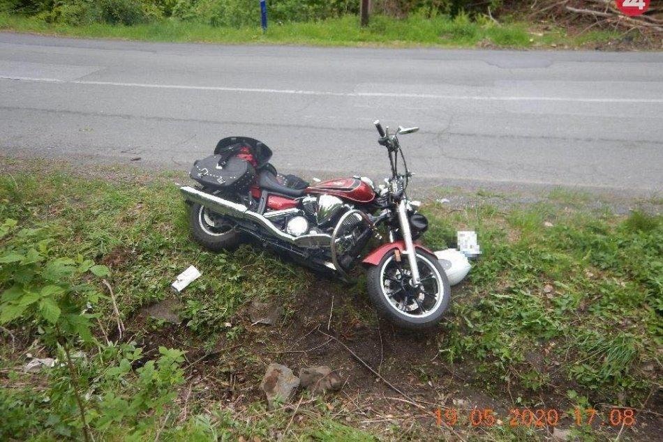 Vážna nehoda: Motorka vyletela z cesty