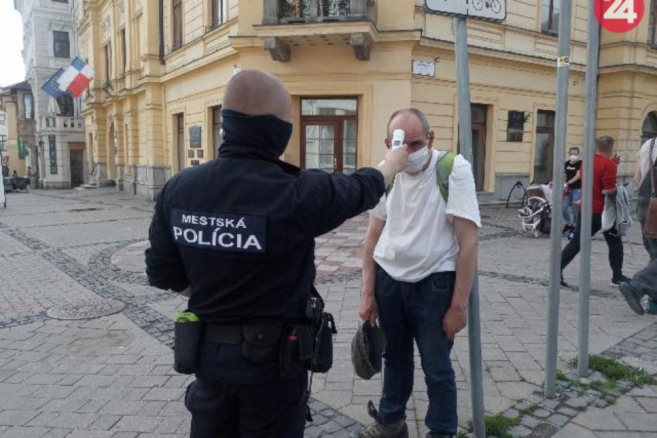 V OBRAZOCH: Ľuďom bez domova v Bystrici merajú teplotu mestskí policajti